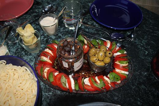 Mozarella-Tomaten-Salat und Oliven