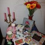 Der Geburtstagstisch nach dem Auspacken der Geschenke