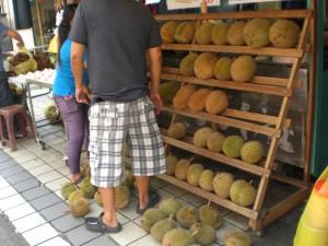 Ein Strassenhändler mit Durian - einer Frucht die sehr gut schmeckt und abscheulich riecht.