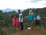 Gebirge hinten, Selos Familie vorn