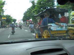 Pferdekutsche und Mopeds