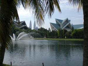 Titiwangsa-See mit Blick auf KL-Turm (rechts) und die Petronas-Türme. Vorne das Theater.