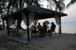 Essen am Strand bei Sonnenuntergang