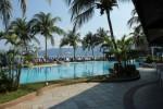 Der Pool zwischen Meer und Restaurant